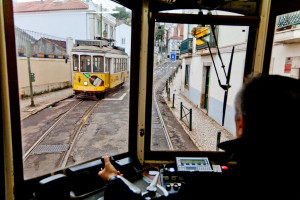 Interno del Tram 28 a Lisbona