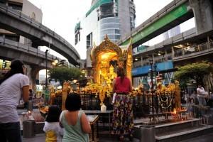 Preghiere all'Erawan Shrine, Bangkok