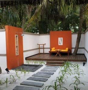 Giardino privato con doccia del nostro bungalow, Maldive