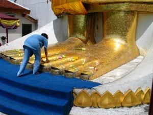 Piedi del Buddha gigante ak Wat Indra Viharn 2