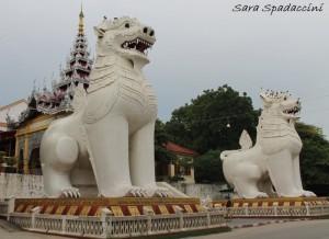 Ingresso scalinata per Mandalay Hill, Myanmar