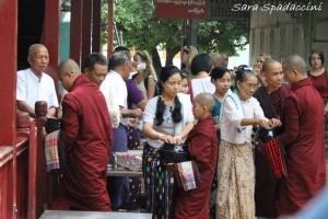 distribuzione-doni-al-monastero-mahagandayon-amarapura-birmania
