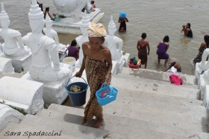 donne-lungo-il-fiume-a-mingun-myanmar