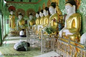 fedeli-in-preghiera-a-u-min-thonze-sagaing-birmania