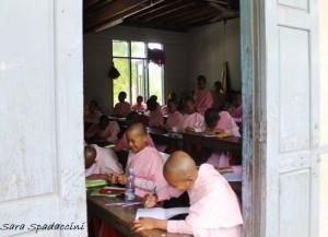 monaci-al-aung-myae-oo-free-monastic-education-school-7-sagaing-birmania