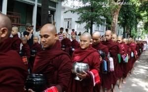 monaci-in-fila-per-il-pasto-al-monastero-mahagandayon-1-amarapura-birmania