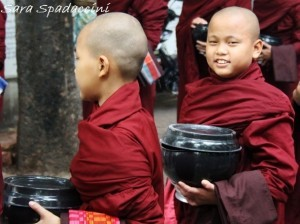 monaci-in-fila-per-il-pasto-al-monastero-mahagandayon-2-amarapura-birmania