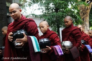 monaci-in-fila-per-il-pasto-al-monastero-mahagandayon-3-amarapura-birmania