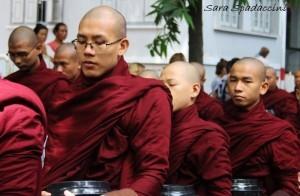 monaci-in-fila-per-il-pasto-al-monastero-mahagandayon-4-amarapura-birmania