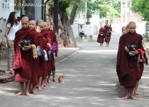 monaci-si-mettono-in-fila-al-monastero-mahagandayon-amarapura-birmania
