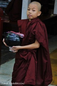 piccolo-monaco-a-fine-pranzo-al-monastero-mahagandayon-amarapura-birmania