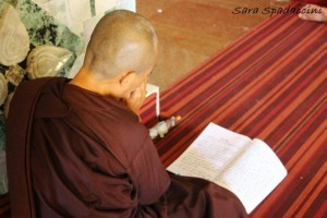 preghiere-di-un-monaco-a-mandalay-myanmar