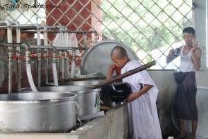 un-po-di-riso-in-piu-al-piccolo-monaco-del-monastero-mahagandayon-amarapura-birmania