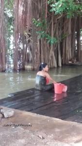 donna-lungo-il-fiume-a-bagan-birmania