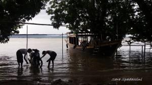 lavaggio-del-motorino-lungo-il-fiume-a-bagan-birmania