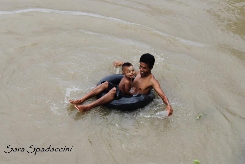 padre-e-figlio-lungo-il-fiume-a-bagan-birmania